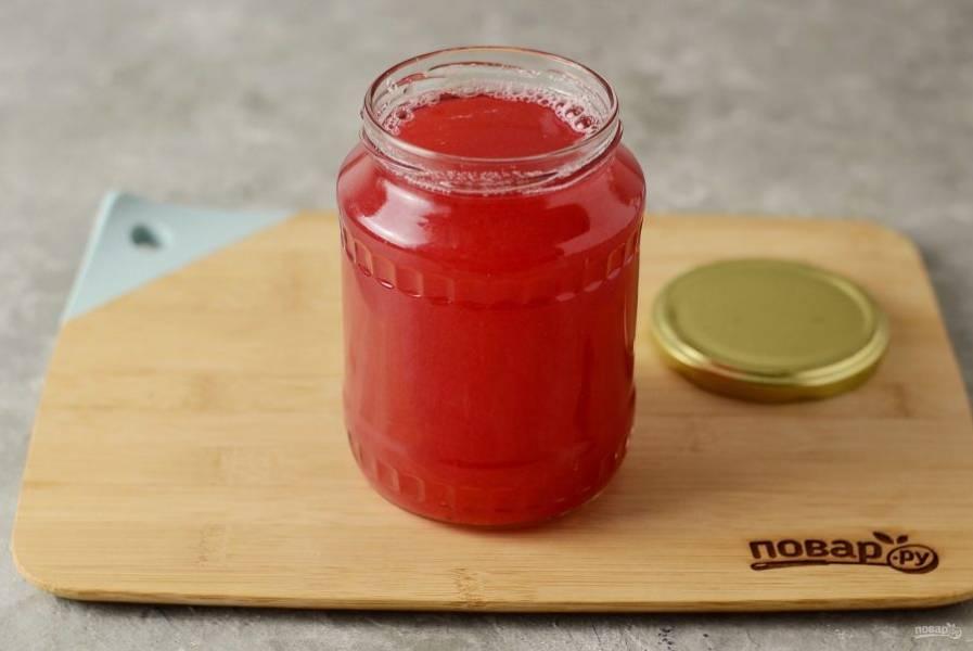 Разлейте сок из красной смородины по чистым, заранее стерилизованным бутылкам.