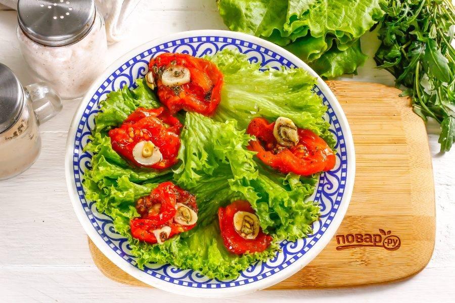 На салат выложите вяленые помидоры. Их можно приобрести в любом супермаркете, а можно приготовить и в домашних условиях в летнее время из свежих помидоров.