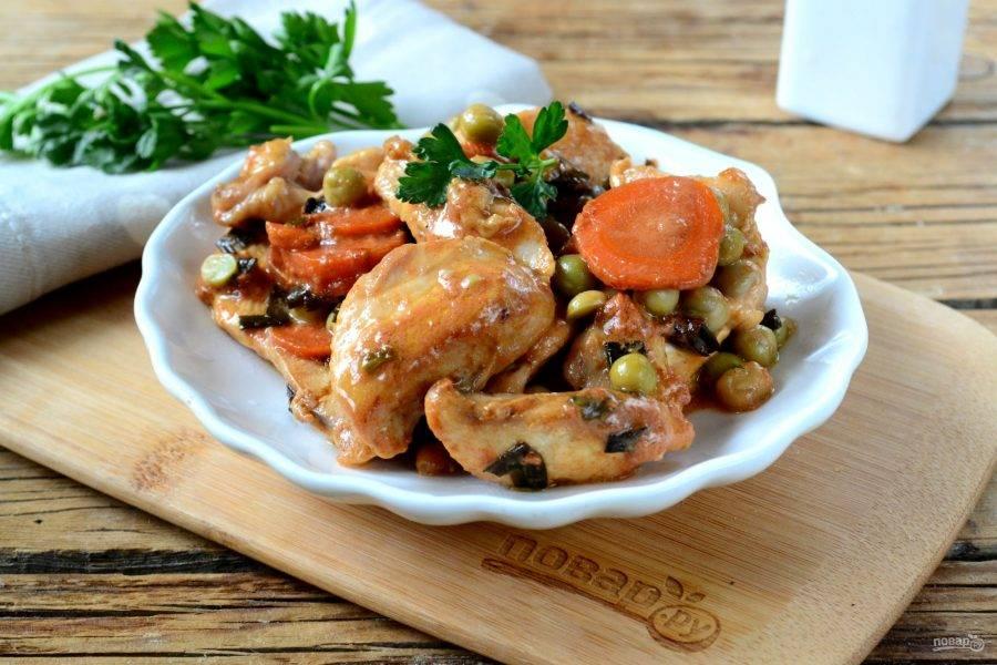 Бефстроганов из куриной грудки готов. Подавайте горячим с картофельным поре или макаронами. Приятного аппетита!