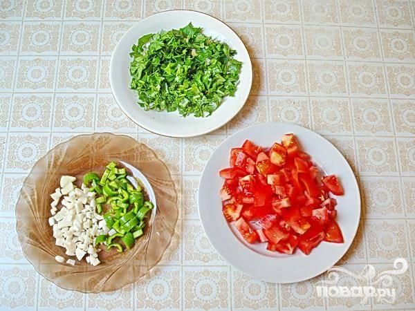 4.Чеснок измельчаем, разрезаем на половинки перец-чили, семена осторожно удаляем и мелко нарезаем. Промываем томаты, воде даем стечь, нарезаем небольшими кубиками. Промываем и нарезаем зелень. После того как будут готовы овощи, добавляем томаты, перец, зелень, чеснок, специи и соль.