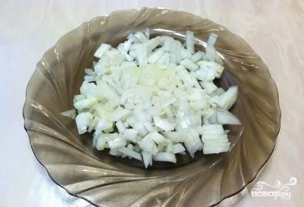6. Подготовьте следующую начинку. Для этого мелко нарежьте лук.