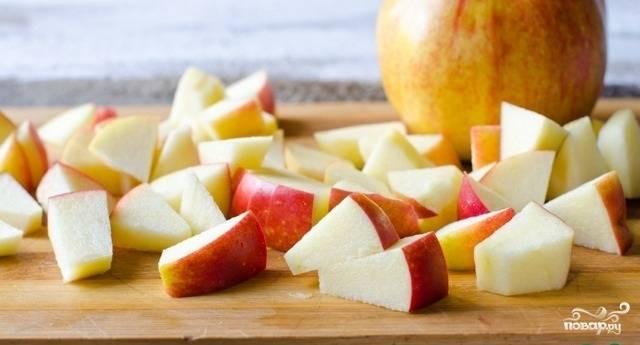 1.Яблоки хорошенько моем. Если они покупные, то обдаем кипятком. Разрезаем на 2 части и очищаем от зерен, нарезаем кусочками среднего размера.