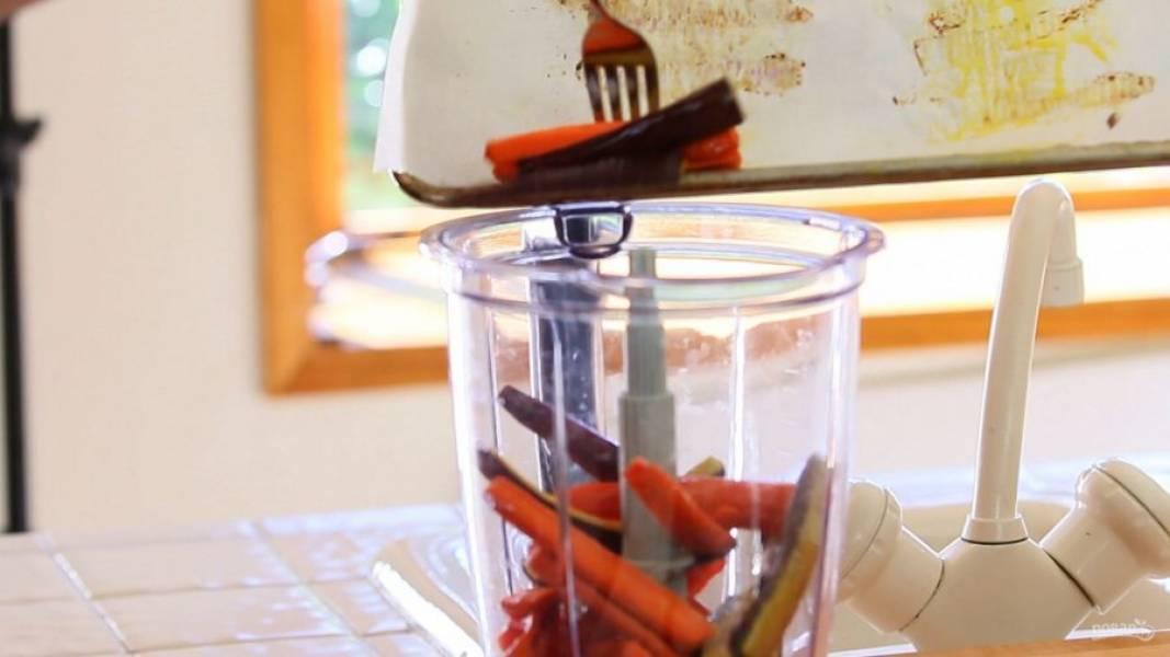 3. Когда запечённая морковь остынет, переложите её в миксер вместе с нутом, солью, водой, маслом и лимонным соком.