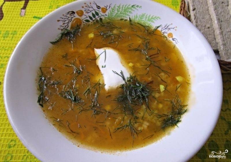 5.Готовый суп обязательно подаем горячим со сметаной и свежей зеленью. Приятного аппетита!