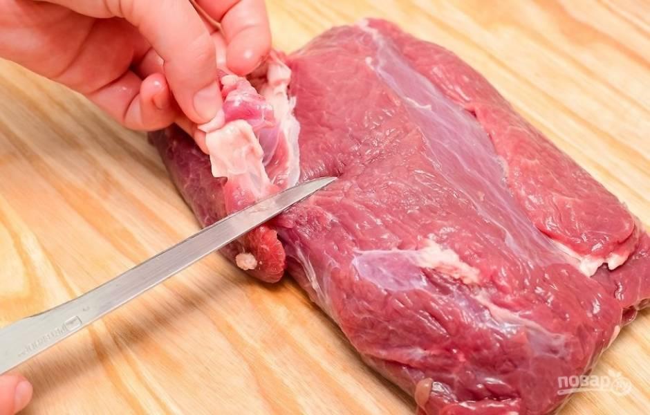 1.Прежде всего зачистите мясо от жира и любых хрящей, затем вымойте его и вытрите насухо салфетками.