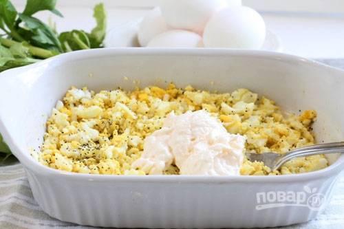 1.Яйца отвариваю после закипания 8-10 минут, затем заливаю водой и очищаю от скорлупы, измельчаю еще теплые яйца на терке или разминаю их вилкой, добавляю соль и перец, перемешиваю и выкладываю немного майонеза.