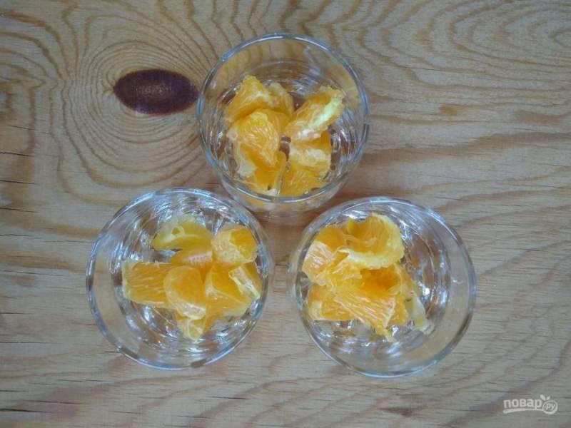 6. Потом в 2 или 3 небольших формочки разложите кусочки апельсина.