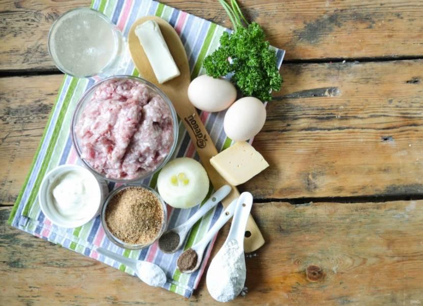 Подготовьте все необходимые ингредиенты. Фарш можно использовать любой, но лучше всего подойдет свино-говяжий. Луковицу очистите от шелухи и ополосните, натрите на крупной терке или измельчите в кухонном комбайне.