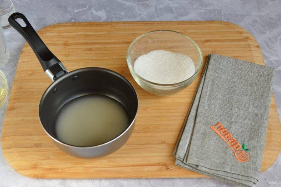 6. Доведите до кипения агар-агар, положите оставшийся сахар. Варите агар с сахаром 4-5 минут, помешивая.