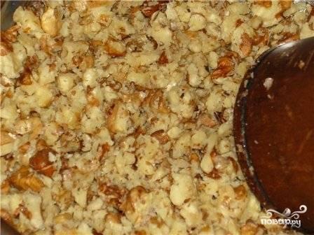 Орехи измельчаем и отправляем на сковороду к луку с грибами, обжариваем минутку.