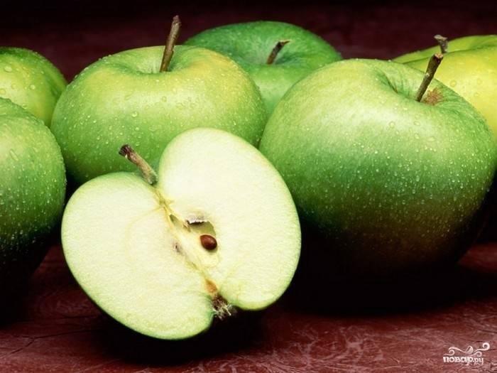 Яблоки помыть, почистить, порезать крупными кубиками.