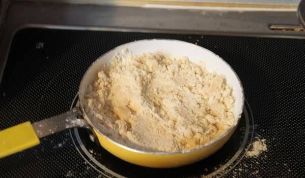 На отдельной сковороде обжарьте муку в сливочном масле до коричневого цвета, следите внимательно - не должно быть комочков.