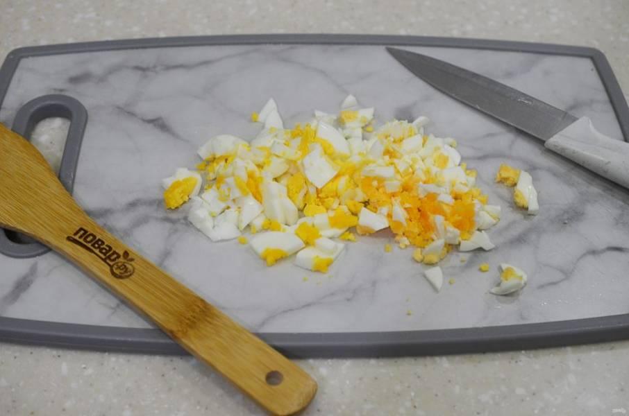 1. Яйца почистите и нарежьте кубиком.