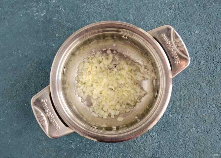 Нарежьте лук мелкими кубиками, чеснок натрите на терке. Обжарьте их на среднем огне до появления аромата.