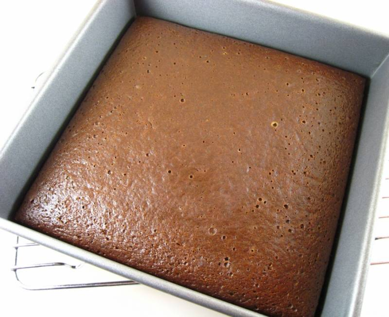 Дайте слегка остыть в форме пирогу, чтобы было легче достать его.