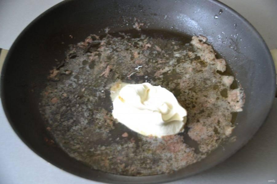 Добавьте жирные сливки, растопите их.