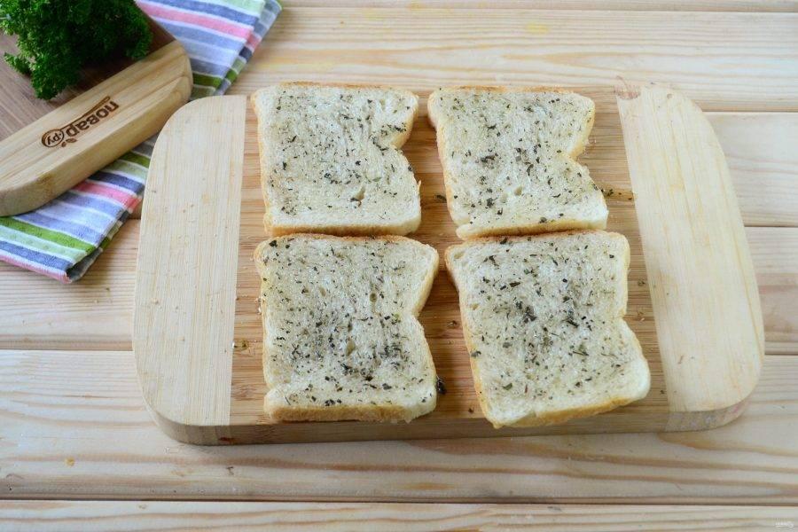 Каждый ломтик хлеба смажьте смесью масла и специй с помощью кулинарной кисти.