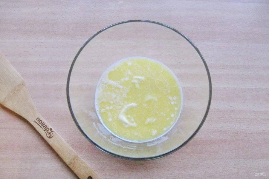 Сливочное масло растопите, немного охладите и налейте в миску с дрожжами и сахаром. Добавьте соль и ванильный сахар.