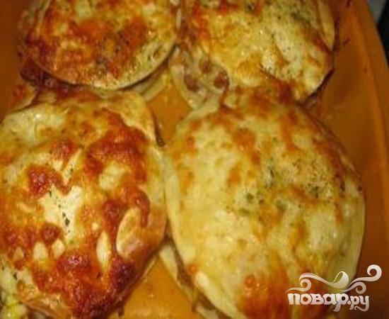 5.Форму с лазаньей ставим в аэрогриль минут на тридцать. Когда блюдо будет готово, вынимаем и перекладываем на блюдо. Даем немного остыть.