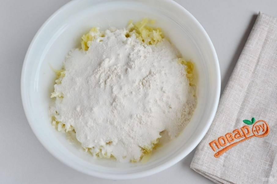 Смешайте муку с крахмалом, введите в картофельную массу.