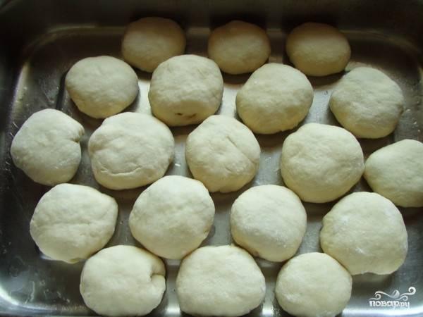 4. Сформируйте булочки и выложите их на противень или в форму для выпекания. Оставьте их на 20-30 минут, чтобы они немного подошли.