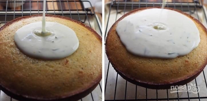 7. Взбейте глазурь миксером и покройте ею кекс. Приятного чаепития!