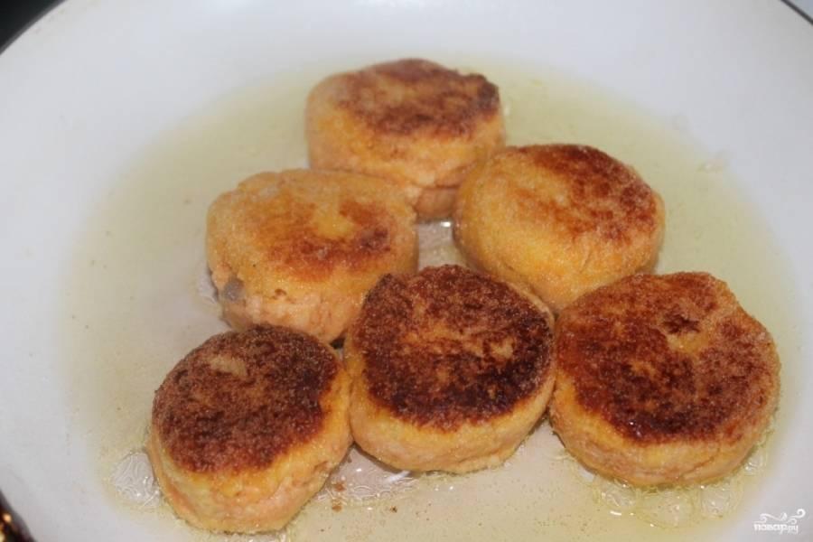 3.Манку насыпаем в тарелку, каждую котлету обволакиваем со всех сторон и выкладываем на раскаленную сковороду с добавлением растительного масла. Обжариваем с двух сторон до появления румяной корочки.