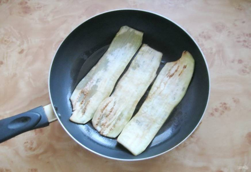 Образовавшуюся жидкость на баклажанах просушите. Выложите баклажаны в горячую сковороду с подсолнечным маслом.