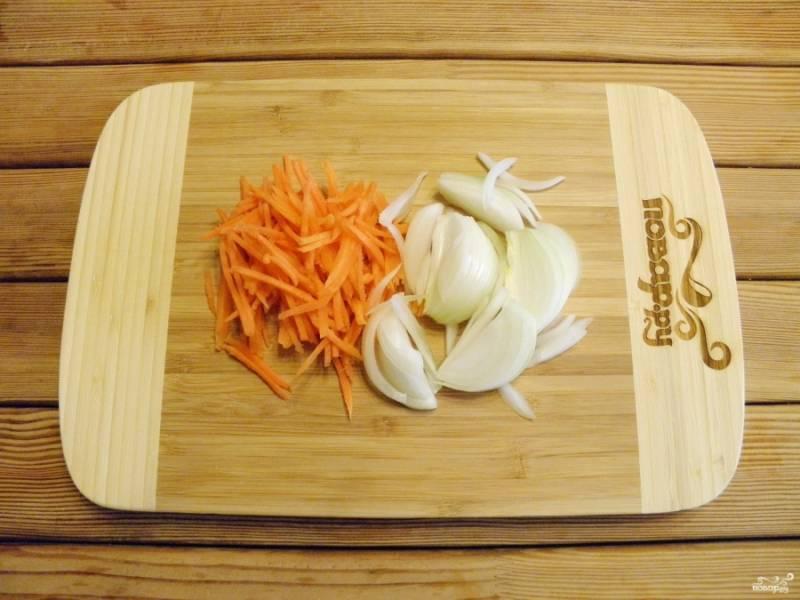 Лук порежьте тонкими полукольцами, морковь натрите или порежьте некрупно.
