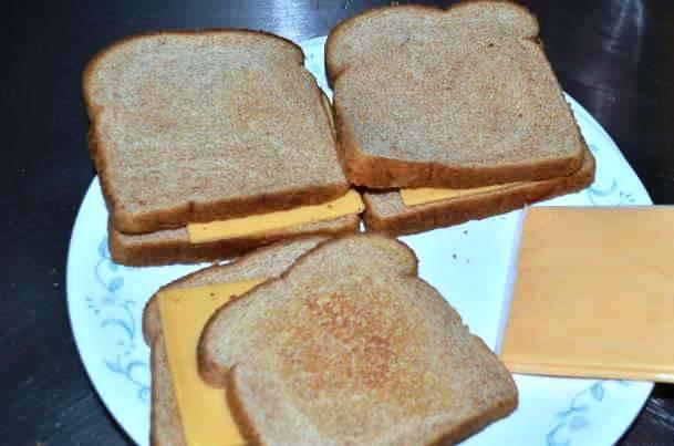 Такой суп лучше подавать с теплым сырным бутербродом. Для этого достаточно положить ломтик сыра между двумя кусочками хлеба и поставить их в микроволновку на 30 секунд.