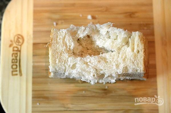 В ломтиках хлеба сделайте надрезы в центре.