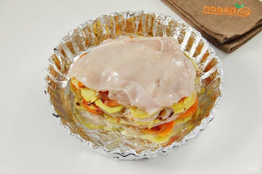 Накройте овощи вторым пластом филе и смажьте его яйцом. Повторите слои, не забывая каждый раз смазывать мясо. Верхним слоем должно быть куриное филе. Овощи в процессе солим по вкусу.