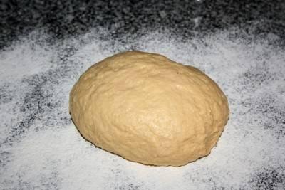 Яйца взбить с маргарином мягким, добавьте соль, соду, сметану и постепенно добавляя муку замесите тесто. оно должно быть эластичным и не липнуть к рукам.