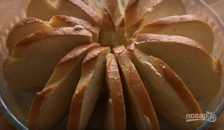 6. Форму смажьте сливочным маслом и по кругу выложите батон с маслом.