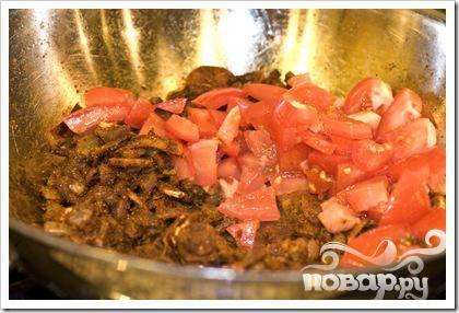 Добавьте порезанные помидоры и соль.