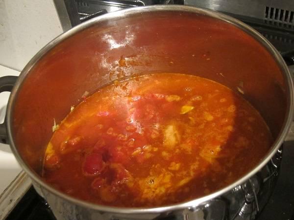 3. Пришло время положить в кастрюлю томатную пасту и влить воду или бульон. Если у вас есть консервированные томаты без кожицы, добавьте их тоже. Также прекрасно подойдут домашние томаты.