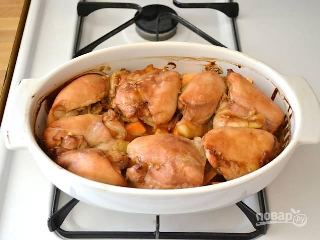 Форму оборачиваем фольгой, ставим тушиться на 45 минут. Фольгу убираем после первых 30 минут. Подаем блюдо горячим.