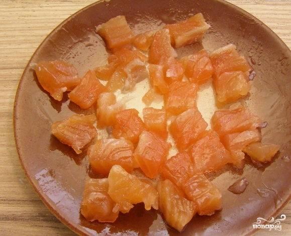 2.Слабосоленую семгу семгу очистите от шкуры, чтобы чешуйки не попадали в пищу. Порежьте рыбу на красивые небольшие кусочки. Используйте острый нож, чтобы края кусочков получались ровными, а не рваными.