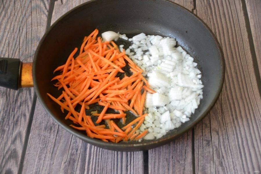 Мелко нарежьте лук, натрите на терке морковь, обжарьте с добавлением 2 ст. ложек растительного масла.
