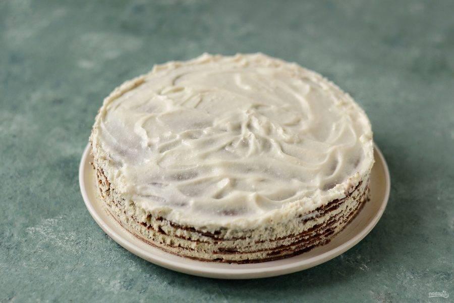 Промажьте получившимся кремом коржи. Удобнее это делать, если поместить коржи в кольцо для выпечки. Уберите в холодильник на 1 час.