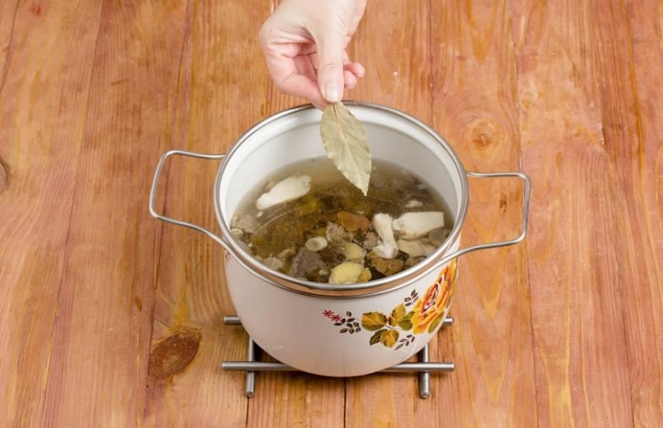 2. Влейте воду, добавьте лавровый лист, перец горошком или корень петрушки. После закипания уберите огонь до минимума и варите около 1 часа.