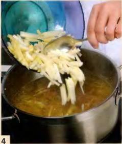 Картофель почистить, порезать соломкой и добавить в суп. Варить 5 мин.