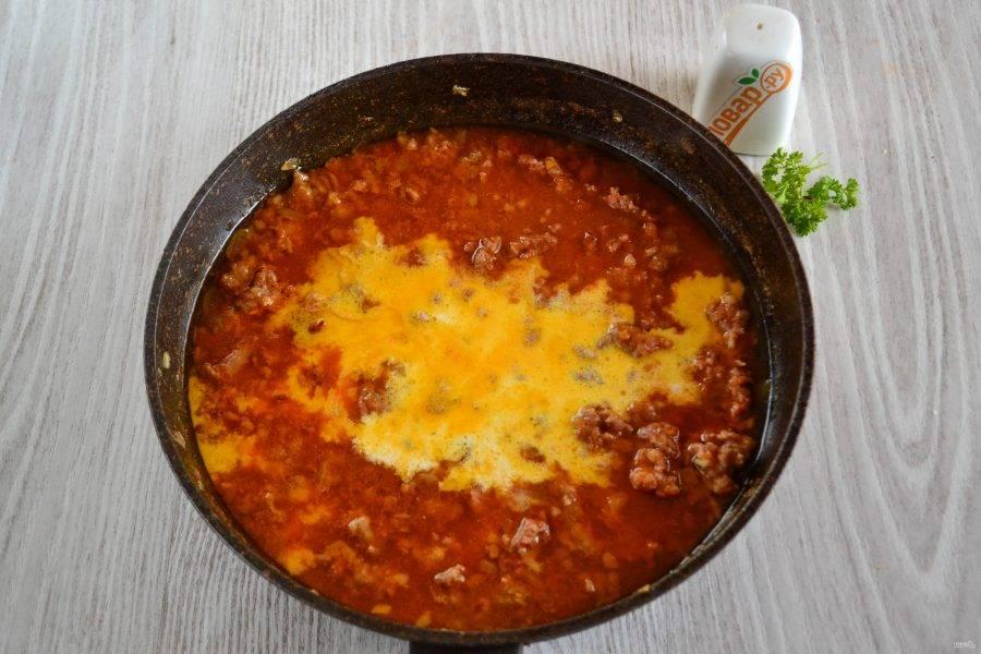 Жидкость из томатного сока у меня испарилась, я тушила соус в течение примерно 10 минут. Теперь самое время вливать сливки, добавлять соль, любимые специи, горчицу в зернах (можно использовать и обычную горчицу, только если она очень острая, то немного). У меня томатный сок был кисловатым, поэтому я добавила также примерно 0,5 ст.л. сахара.