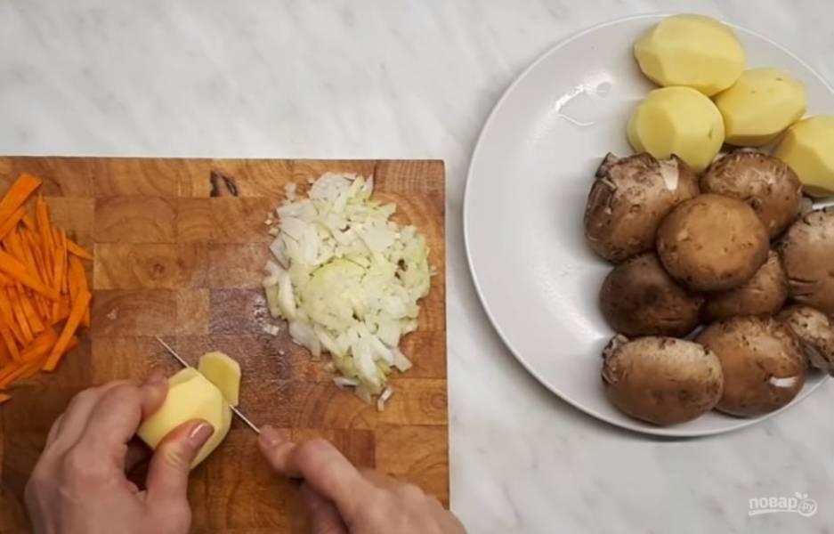 1. Отварите перловую крупу. Морковь нарежьте тонкой соломкой, лук — мелкими кубиками, картофель — небольшими кусочками. Мелко нарежьте грибы.