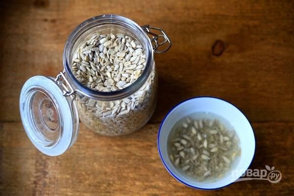 2. Семена подсолнечника залейте холодной водой и оставьте на несколько минут, после просушите.
