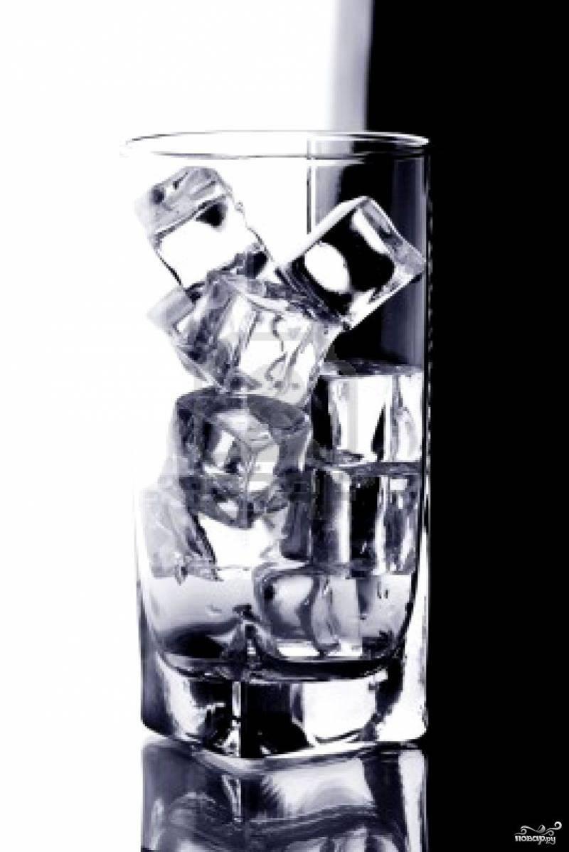 Форма и величина льда для данного коктейля тоже имеет значение. Вам нужны крупные кубики льда или крупные его осколки. Крошка льда слишком быстро охладит и разбавит напиток, испортив его вкус.