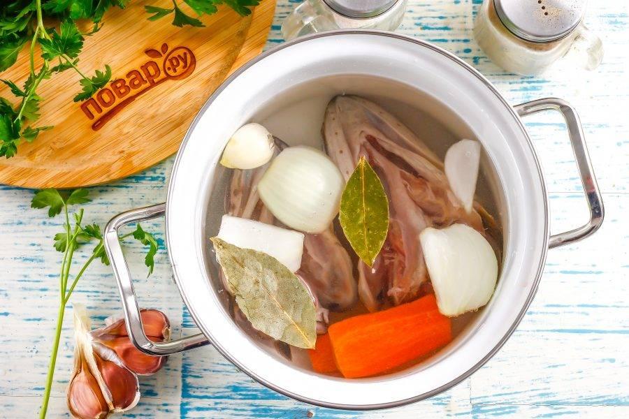 Влейте воду, всыпьте соль, перец и лавровые листья. Поместите кастрюлю на плиту и доведите жидкость в ней до кипения. Удалите образовавшуюся пену и убавьте нагрев до умеренного.
