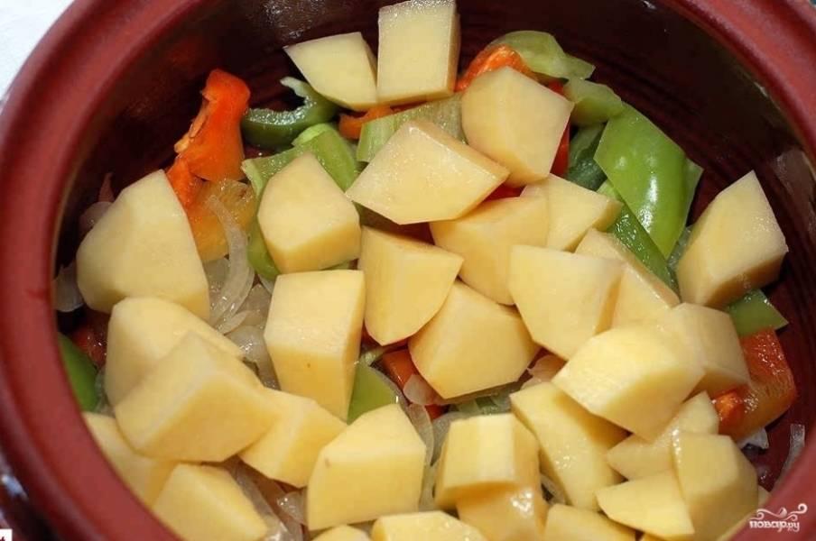 4. Картофель для такого блюда нужно брать тот, который хорошо разваривается. Измельчаем его также кубиками и отправляем к остальным овощам.
