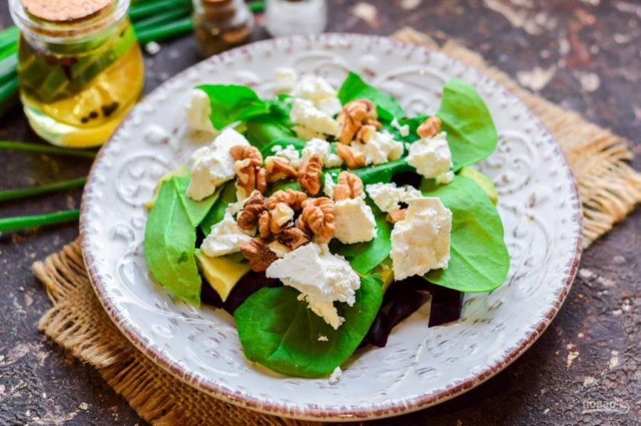 Добавьте в салат грецкие орехи, немного масла, соль и молотый перец. Перемешайте все и подавайте к столу.