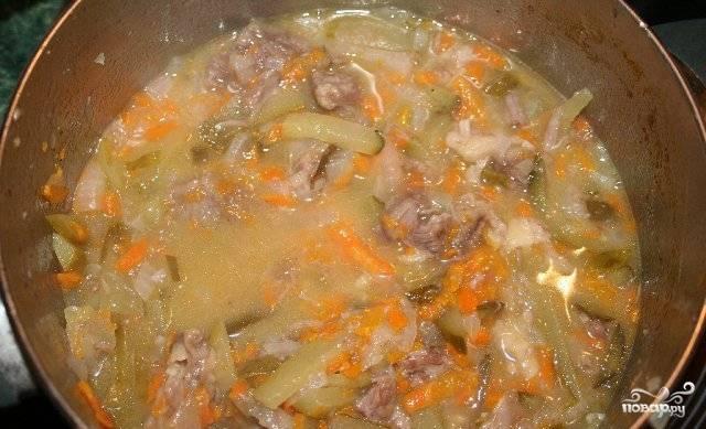 Когда свинина будет готова, переливаем к ней приготовленный соус и перемешиваем. Наше блюдо готово, и мы можем подавать его к столу. Приятного всем аппетита!